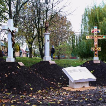 Ökumenikus hármas emlékművet állítottak Hajdúnánáso... class=